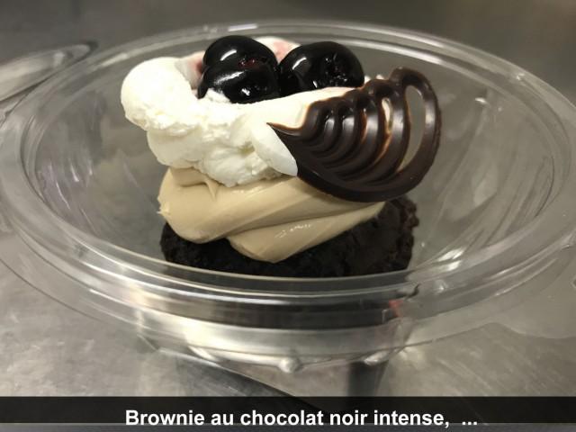 La Bisquine Brownie au chocolat noir intense, Crème namelaka au chocolat blond Dulcey, cerises noires confites et mascarpone