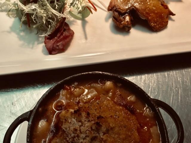 La Bisquine Confit de cuisse de canard de la Manche, coco de Paimpol en saupiquet, tomate, couenne, graisse de canard, poitrine de canard, poitrine de porc fumée, oignons