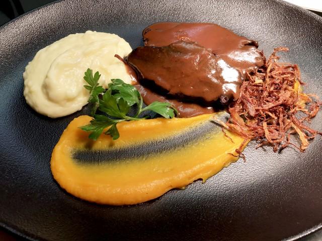 La Bisquine Joue de boeuf braisée au vin rouge, purées de pommes Amandine et potimaron, oignons frits