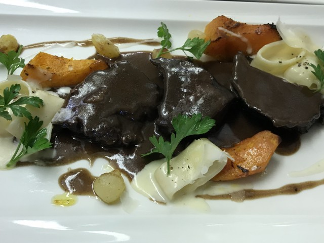 La Bisquine Joue de bœuf braisée au vin rouge, pâtes calamarata à la crème de parmesan, potiron et oignons glacés