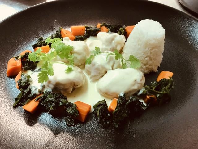 La Bisquine Joues de raie à la crème du Cotentin, carottes de Réville, feuilles d'épinard, riz jasmin