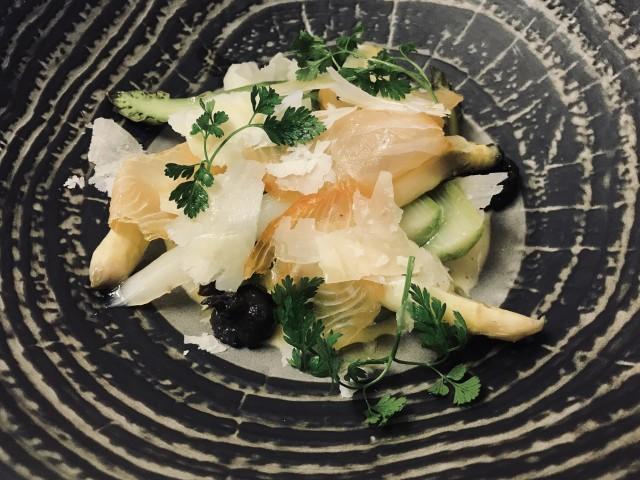 La Bisquine L'asperge verte et blanche, églefin fumé de Saint Vaast, Hollandaise à l'orange sanguine, parmesan et tapenade truffée